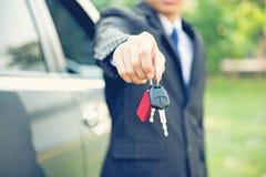 Samochodów klucze, ręka seansu samochód klucze Obrazy Stock