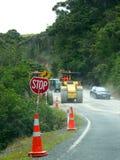 samochodów maszynerii drogowego znaka przerwy pracy Zdjęcia Stock