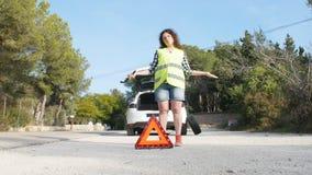 Samochodowa awaria Kobiety odmieniania opona na drodze zbiory