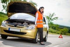 Samochodowa awaria młoda kobieta dzwoni pomoc na telefonie Zdjęcie Stock