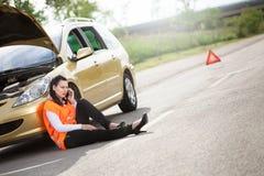Samochodowa awaria młoda kobieta dzwoni pomoc na telefonie Zdjęcie Royalty Free