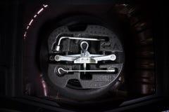Samochodowa dźwigarka i koło zmienia narzędziowego zestaw w dodatkowej oponie fotografia stock