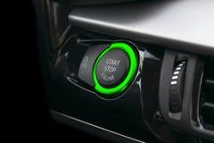 Samochodowa deska rozdzielcza z ostrością na Zielonego silnika początku przerwy guziku Samochodowi wnętrze szczegóły Samochodowy  obrazy royalty free