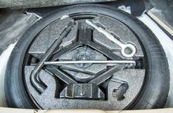 Samochodowa dodatkowa opona z usunięć narzędziami zdjęcia royalty free