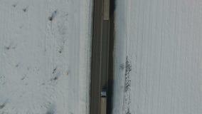 Samochodowa dogonienie ciężarówka na zimy drodze Snowed pole Powietrzny vertical strzał zdjęcie wideo
