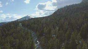 Samochodowa jazda w górach zbiory wideo