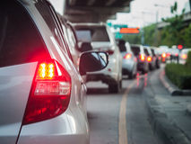 Samochodowa kolejka w złej ruch drogowy drodze zdjęcie royalty free