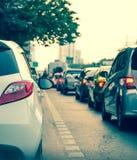 Samochodowa kolejka w złej ruch drogowy drodze Obraz Stock