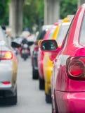 Samochodowa kolejka w złej ruch drogowy drodze Fotografia Stock