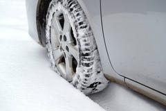 Samochodowa opona w śniegu zdjęcie royalty free
