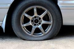 Samochodowa Płaska opona na drodze, wypadek samochodowy dla ubezpieczenia fotografia stock