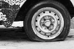 samochodowa płaska stara opona Obrazy Stock