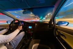 Samochodowa prędkości nocy przejażdżka na drodze w mieście Zdjęcia Royalty Free