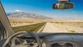 Samochodowa przednia szyba z widokiem pustynna droga, Śmiertelna dolina, usa Obrazy Stock