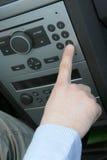 samochodowa ręka obsługuje radio obrazy stock