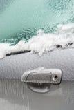 Samochodowa rękojeść zakrywa z lodem po marznięcie deszczu Obraz Stock