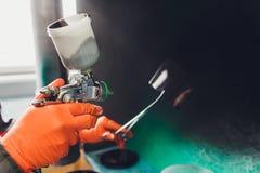 Samochodowa remontowa us?uga Pracownika malarz sprawdza koloru dopasowywanie przed malować rozpylać czarnego ciecz na trafnym tal obraz stock