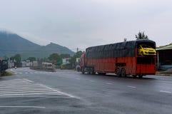 Samochodowa transporter przyczepa na drodze zdjęcia royalty free