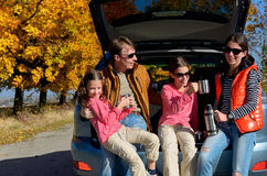 Samochodowa wycieczka na jesień rodzinnym wakacje, szczęśliwi rodzice i dzieciaki, podróżujemy Fotografia Stock