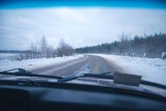 Samochodowa wycieczka na zima pogodnym wieczór Obrazy Royalty Free