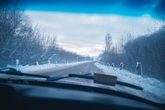 Samochodowa wycieczka na zima pogodnym wieczór Obraz Stock