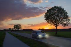 Samochodowa wycieczka przy świtem z ciemnawym światłem Zdjęcia Royalty Free