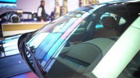 Samochodowa wystawa w wielkim centrum handlowym, auto sprzedaż, wynajem, zyskowny biznes zbiory