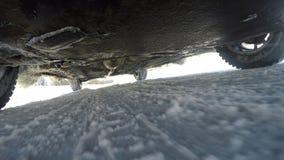Samochodowa zawieszenie praca w zima warunkach Ruch w złej pogodzie mnóstwo śnieg Zdjęcie Royalty Free