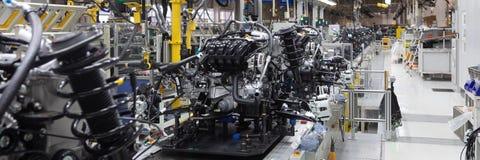 Samochodowe części na konwejerze Długi format Szeroki kąta widok roślina automobilowy przemysł Może używać jako sztandar jest Poj obraz stock