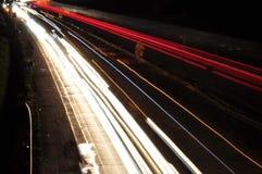 Samochodowe lekkie linie na higway podczas ruchu drogowego dżemu przy nocą Fotografia Royalty Free