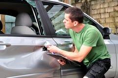Samochodowego ciała mechanik sprawdza out szkodę Obraz Stock