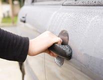 samochodowego drzwi żeński ręki otwarcie zdjęcie stock