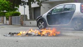 Samochodowego jeżdżenia blisko odpady śmieciarski kosz na pożarniczej lewicie Żółtymi kamizelkami zbiory