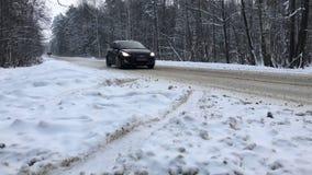 Samochodowego jeżdżenia postu zimy drogowy lasowy niski kąt zbiory