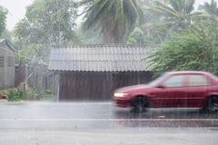 Samochodowego jeżdżenia ruch przez wichura deszczu na frontowym drewnianym domu zdjęcia royalty free