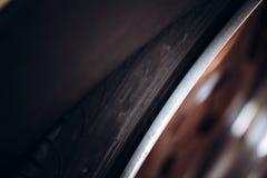 Samochodowego koła fitment postawa obrazy stock