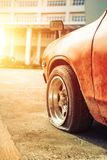 Samochodowego koła płaska opona na drodze w mieście blisko budynku obrazy royalty free