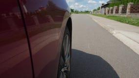 Samochodowego koła przędzalnictwo na chałupy drodze w przedmieściach zbiory wideo
