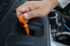 Samochodowego mechanika czeka olej level-04 Fotografia Stock