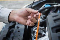 Samochodowego mechanika czeka olej level-03 Zdjęcia Royalty Free