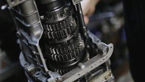 Samochodowego mechanika naprawa przekazu mechanizm w garażu zbiory