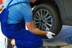 Samochodowego mechanika odmieniania opony Zdjęcie Royalty Free