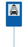 Samochodowego obmycia drogowy znak na poczta słupie, ruchu drogowego roadsign, błękitny odosobniony pojazd prysznic domycia usług Zdjęcie Royalty Free