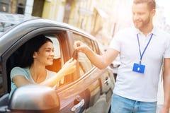 Samochodowego wynajem agencyjny pracownik daje samochodów kluczom kobieta Zdjęcia Royalty Free