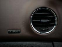 samochodowej konsoli deski rozdzielczej elektroniczna nawigacja Klimatyzaci i airbag panel wnętrze szczególne zdjęcie royalty free