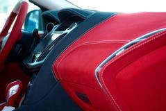 samochodowej konsoli deski rozdzielczej elektroniczna nawigacja Samochodowi wnętrze szczegóły Czerwony i czarny alcantara z zaszy fotografia royalty free