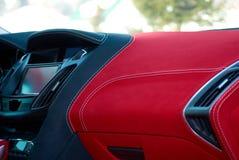 samochodowej konsoli deski rozdzielczej elektroniczna nawigacja Samochodowi wnętrze szczegóły Czerwony i czarny alcantara z zaszy obrazy stock