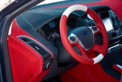 samochodowej konsoli deski rozdzielczej elektroniczna nawigacja Samochodowi wnętrze szczegóły Czerwony i czarny alcantara z zaszy zdjęcia stock