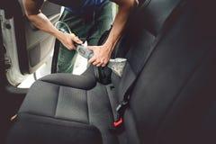 Samochodowej opieki pojęcie wyszczególnia i czyści wewnętrzni tylne siedzenia przy luksusowymi nowożytnymi samochodami, Obrazy Royalty Free