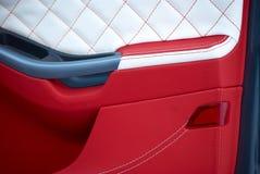Samochodowi drzwi Samochodowi wnętrze szczegóły Biała czerwona skóra z zaszywaniem zdjęcia royalty free